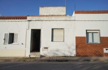 Small house to renovate between the beach and golf in Ferragudo