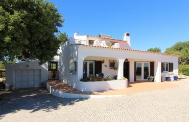 Classic 4 Bedroom Villa with pool in mature grounds, central Carvoeiro