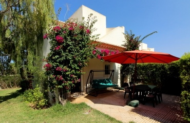 Corner house with garden within walking distance of beaches in Ferragudo