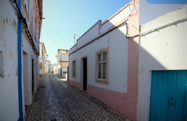 Old house with good potential in the picturesque village of Ferragudo