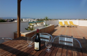 Two bedroom apartment with loft and roof terrace in Ferragudo