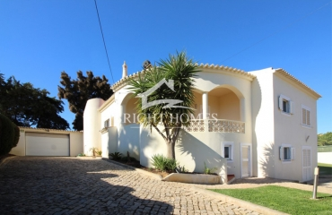 Interesting villa with high potential on the coast at Ferragudo