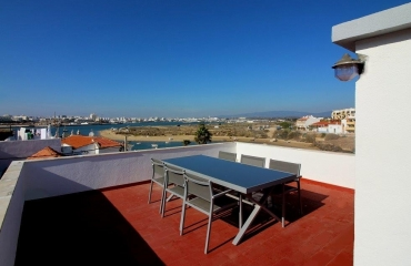 Attractive house with lovely roof terrace in the old village of Ferragudo