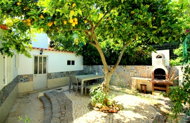 Restored 3 bedroom townhouse with idylic courtyard garden in Ferragudo